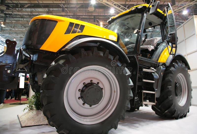 Maquinaria agricultural na exposição imagens de stock