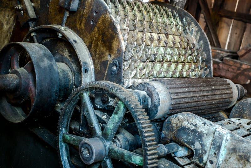 Maquinaria de exploração agrícola antiga velha com rodas dentadas imagens de stock