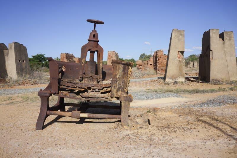 Maquinaria de mina abandonada do ouro com ruínas fotografia de stock