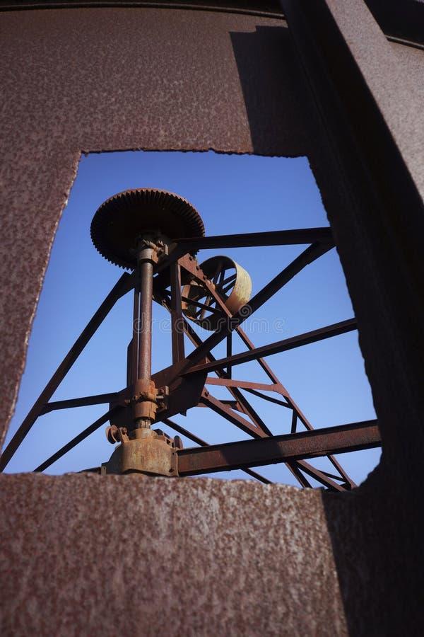 Maquinaria de mina abandonada do ouro imagens de stock