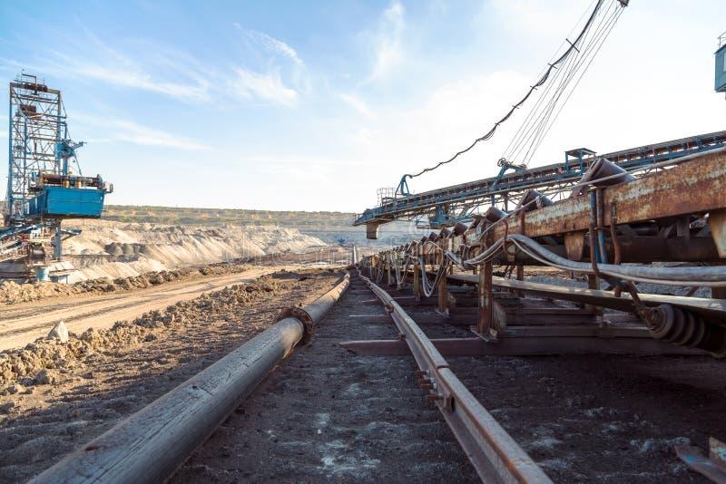 Maquinaria de mineração na mina foto de stock royalty free