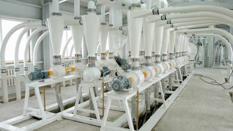 Maquinaria eléctrica del molino para la producción de harina de trigo Equipo del grano grano Agricultura industrial fotos de archivo libres de regalías