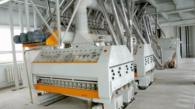 Maquinaria elétrica do moinho para a produção de farinha de trigo Equipamento da grão grão agricultura industrial imagem de stock
