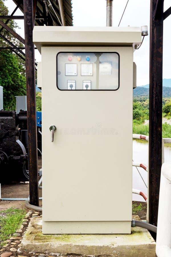 Maquinaria en almacenamiento del agua de la lectura foto de archivo