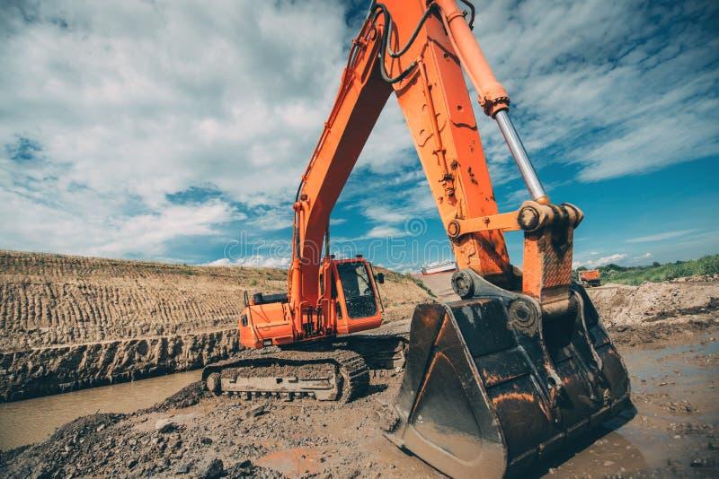 maquinaria, máquina escavadora industrial que escava para a construção do viaduto durante roadworks da estrada imagem de stock royalty free