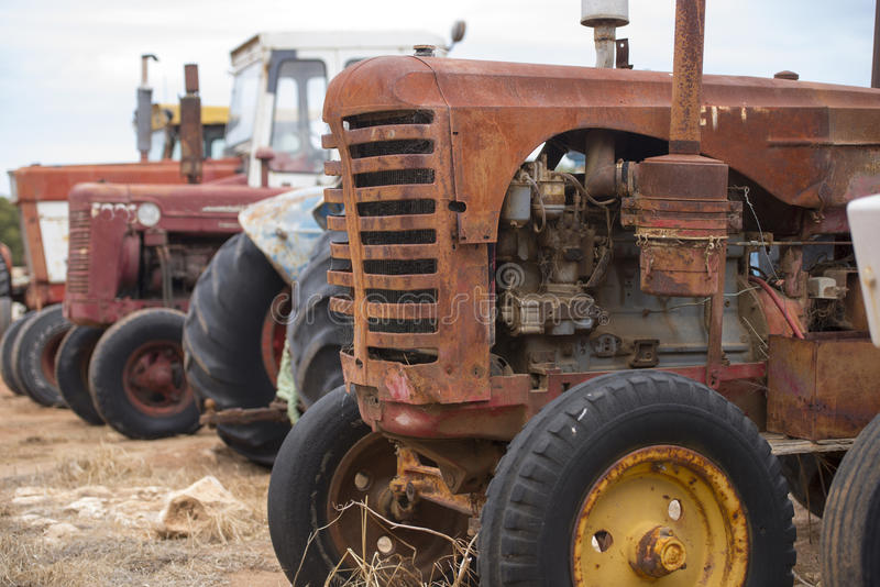 Maquinaria oxidada velha do trator de exploração agrícola imagem de stock