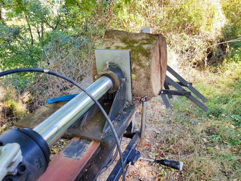 Maquinaria para cortar logs e fazer a lenha com sistema hidráulico fotografia de stock