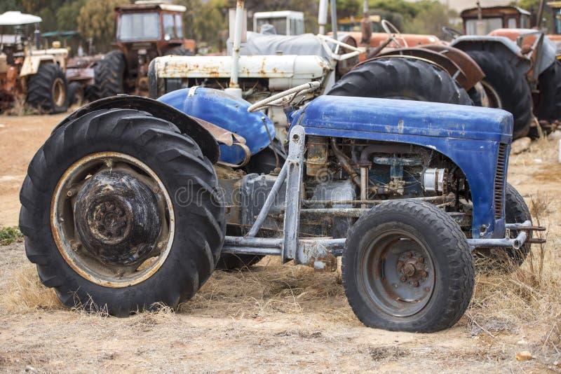 Maquinaria rota vieja arruinada del tractor de granja imagen de archivo libre de regalías