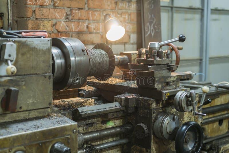Maquinaria vieja en una fábrica del mid-20th c máquina de trabajo Torno viejo Equipo rotatorio viejo de la máquina-herramienta de foto de archivo