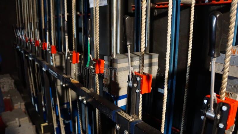 Maquinaria y cuerdas entre bastidores imagen de archivo