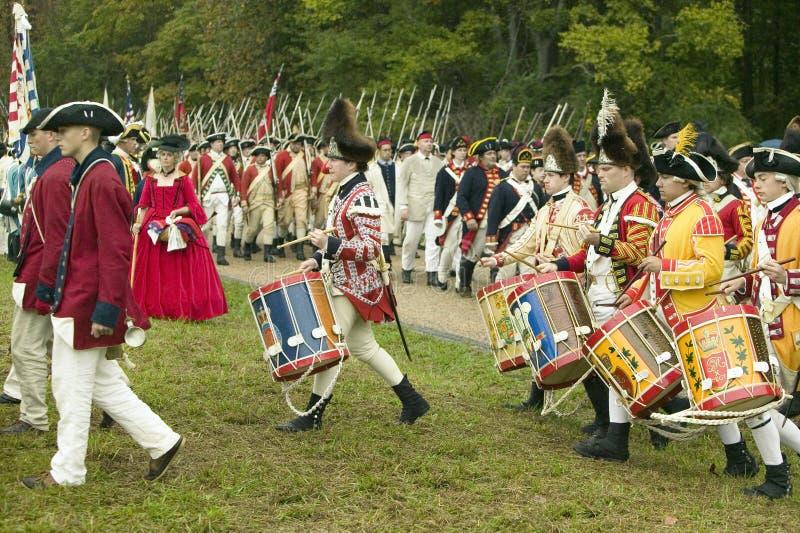 março britânicos do pífano e do cilindro na estrada da rendição no 225th aniversário da vitória em Yorktown, um reenactment do ce fotografia de stock royalty free