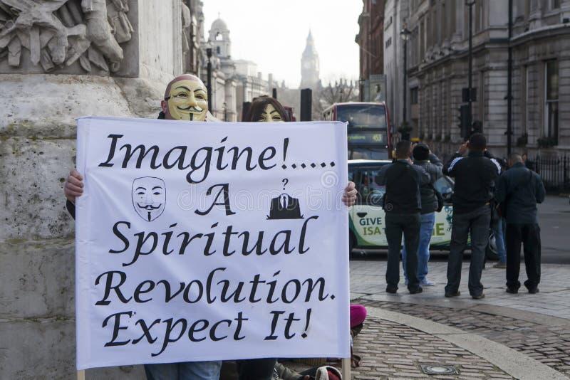 março dos protestadores de Londres contra a corrupção do governo mundial imagens de stock