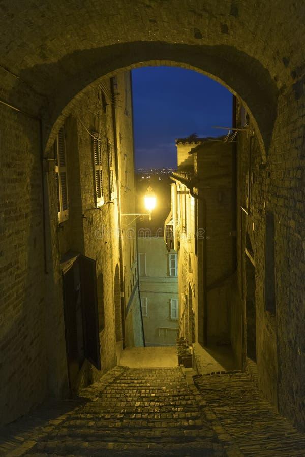 marços de Fermo, Itália na noite foto de stock royalty free
