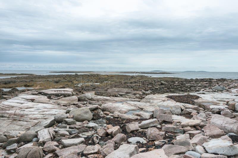 Maré baixa ao longo do litoral da fuga do país das maravilhas foto de stock