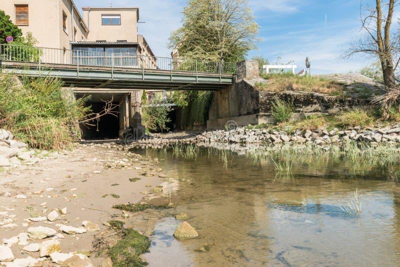 Maré baixa em Regensburg e canal de água seco no Danúbio, Alemanha fotografia de stock royalty free