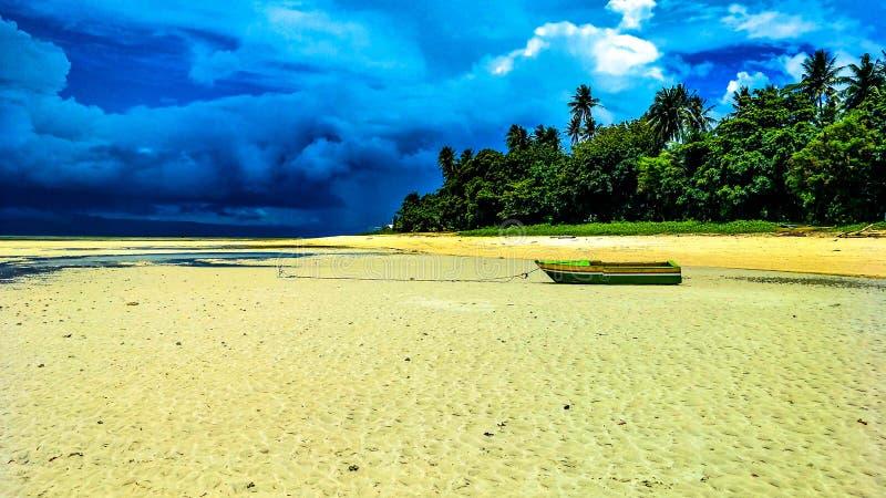 Maré baixa, praia, areia branca, curso, árvores, céu, efeitos, tempestade, ensolarada, ilha, barco, âncora, ilha de Cagbalete, pr imagens de stock royalty free