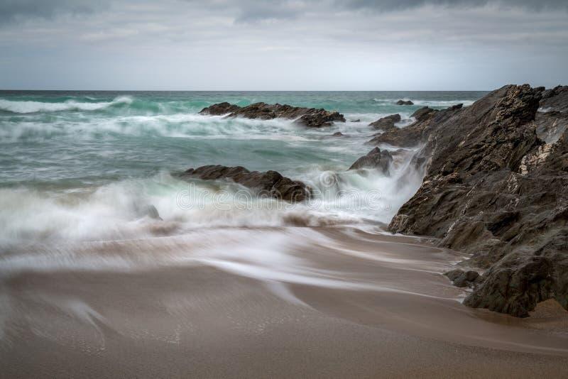 Maré entrante, praia de Fistral, Newquay, Cornualha fotos de stock