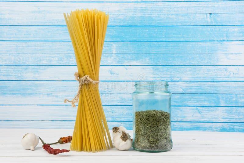 Maré italiana deliciosa fresca dos espaguetes da massa junto com o laço do fluxo natural do Grunge com bio pimentas vermelhas fre foto de stock royalty free