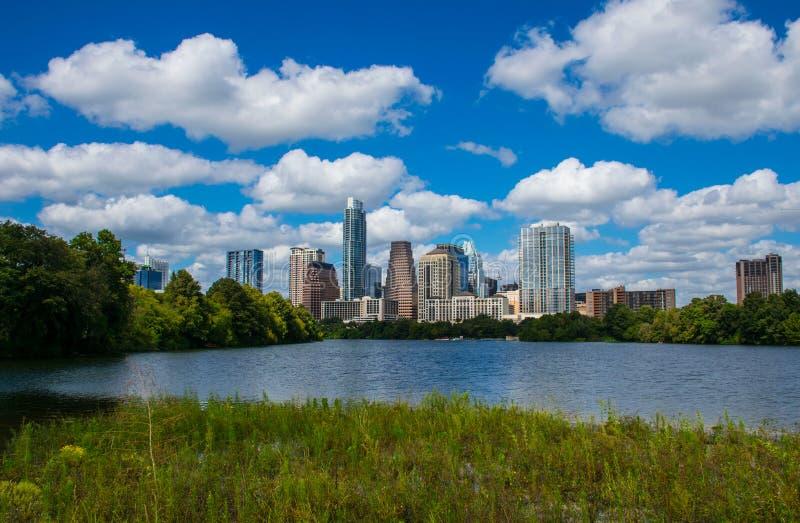 Marécages grands-angulaires Austin Texas Mid Day Perfect Summer le long du fleuve Colorado image stock