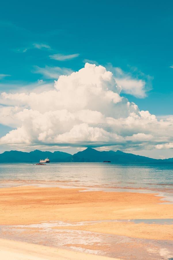 Marée basse de plage de Langkawi image stock