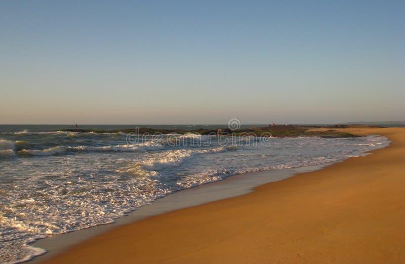 Marée entrante et pêche côtière, plage de Cavaleiros, Macae, RJ, Brésil photographie stock