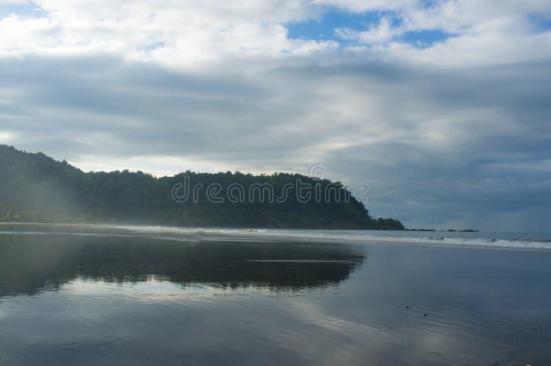 Marée haute sur Jaco photo stock
