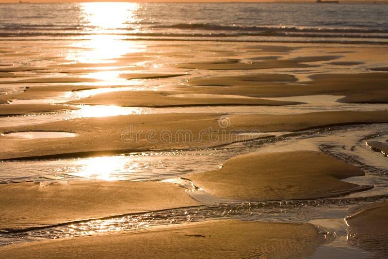 Marée inférieure au coucher du soleil photo stock