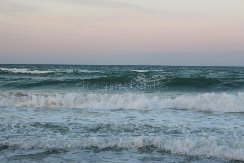 Marée morte dans la côte Bulgarie - code de la Mer Noire d'aperçu de ville de jaune au rouge photographie stock