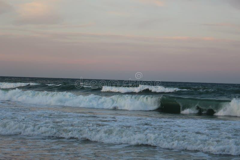 Marée morte dans la côte Bulgarie 2 de la Mer Noire - code d'aperçu de ville de jaune au rouge photographie stock