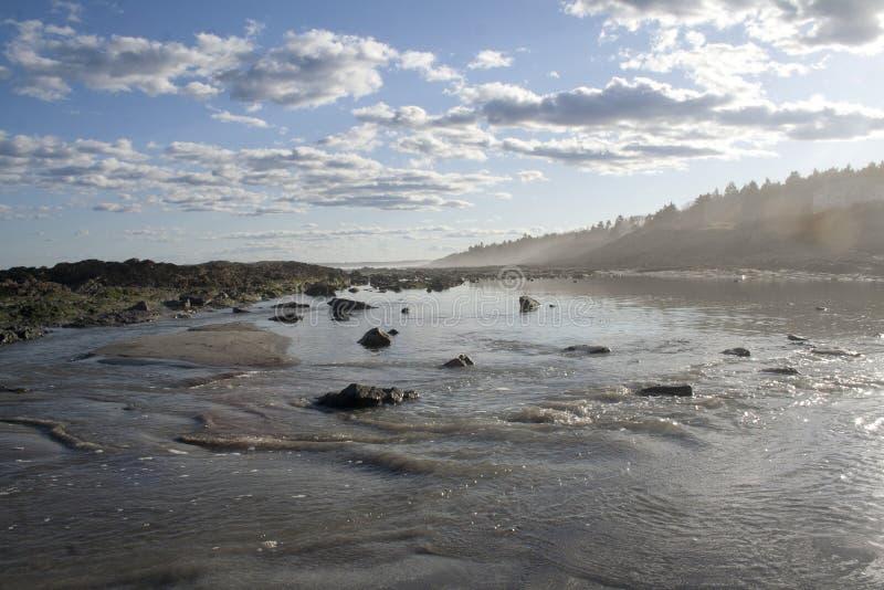 Marée sortante à la plage rocheuse dans Maine image stock