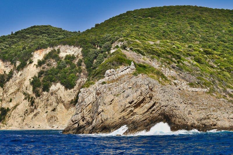 Mar, árboles, rocas - isla de Corfú imagenes de archivo