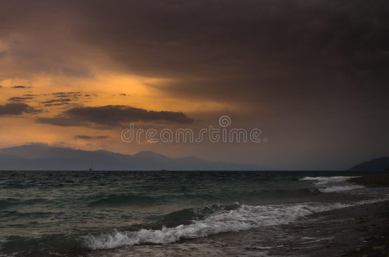 Mar áspero e ondas que esmagam a praia fotografia de stock royalty free