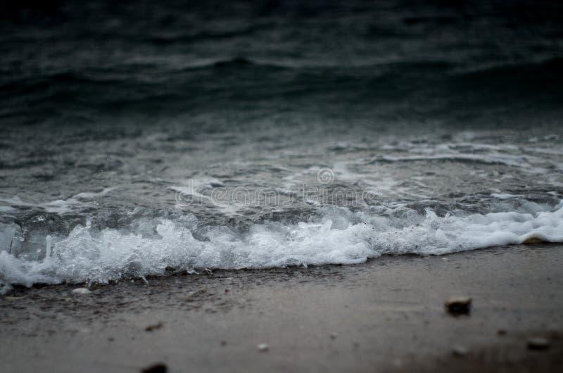 Mar áspero e ondas que esmagam a praia imagens de stock