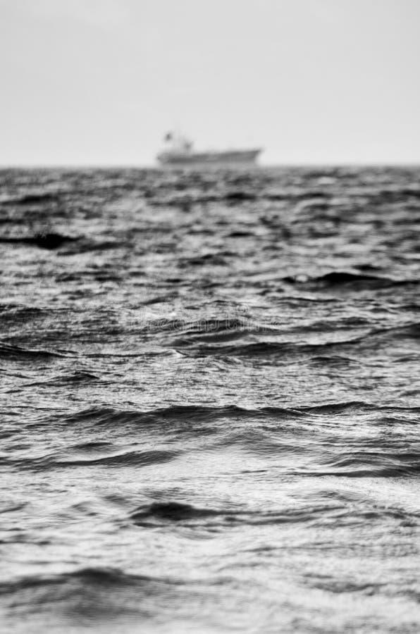 Mar áspero em preto e branco fotografia de stock royalty free