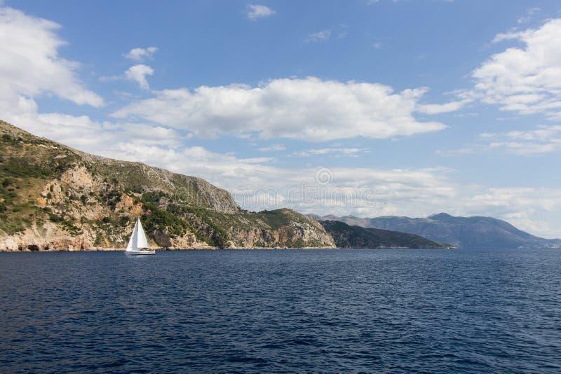 Mar adriático y costa costa cerca de Dubrovnik foto de archivo