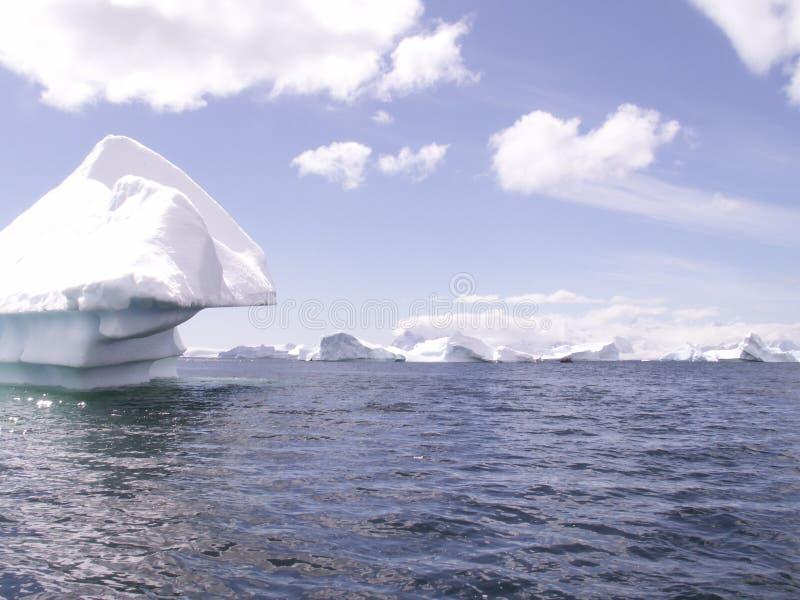 Mar antártico con el iceberg imagenes de archivo