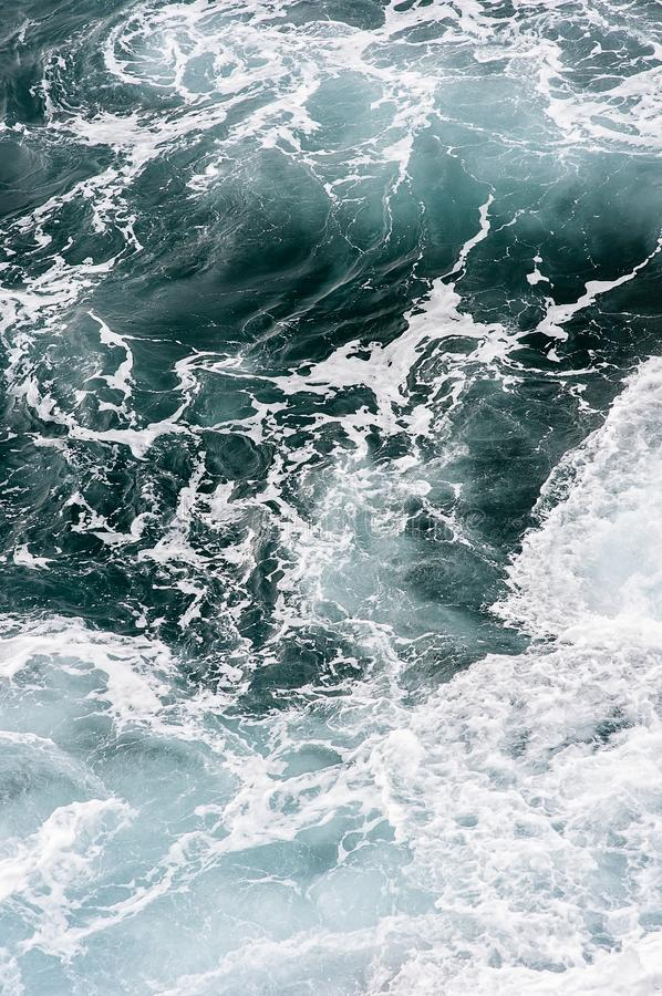 Mar atlántico del rugido con remolinos de la onda desde arriba en Madeira Funchal, Portugal imágenes de archivo libres de regalías