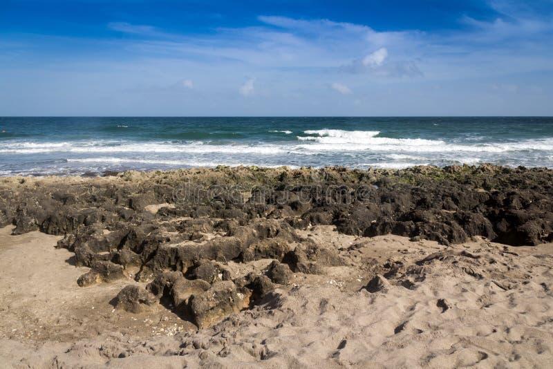 Mar atlántico la Florida de la playa y de la piedra fotos de archivo