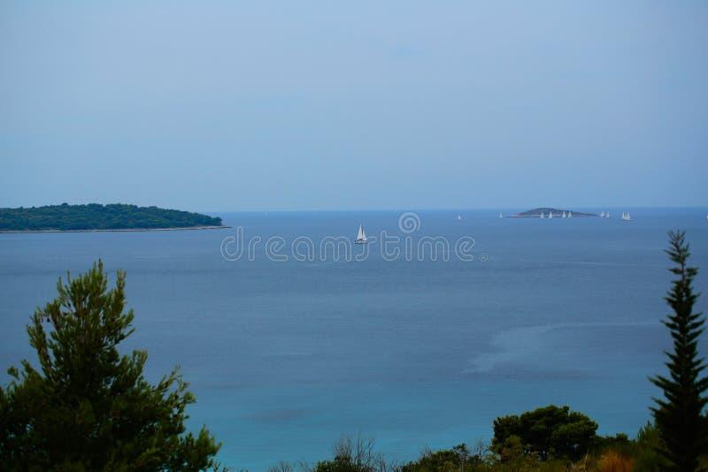 Mar azul bonito imagem de stock royalty free