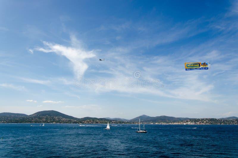 Mar azul bonito, céu azul, montanha e um plano fotografia de stock royalty free