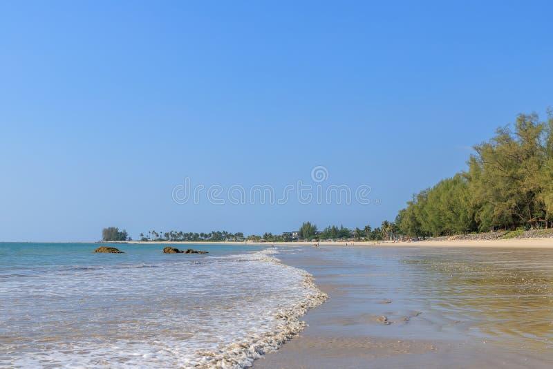 Mar azul claro na praia de Sak do golpe perto de Khao Lak, Phang Nga, Tailândia fotografia de stock royalty free