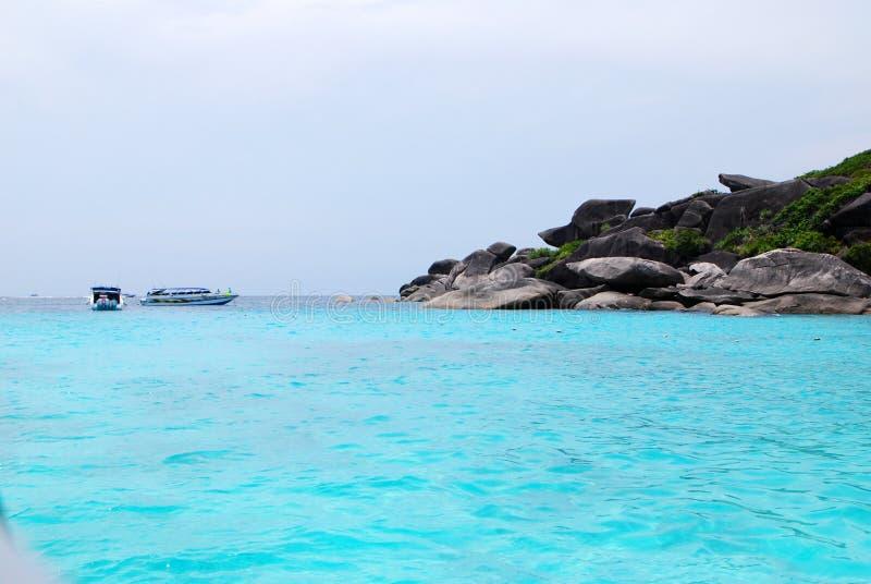 Mar azul com granito imagens de stock