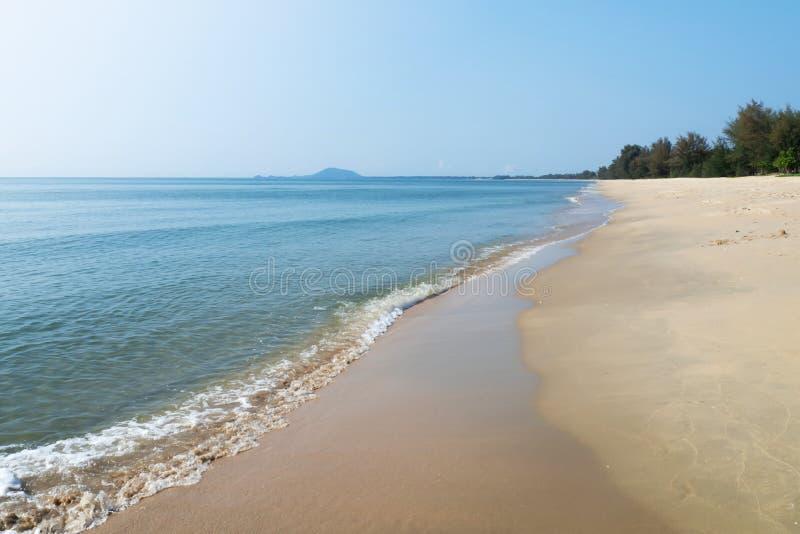 Mar azul com a praia da areia no dia ensolarado Destino para f?rias de ver?o Vista natural fotos de stock royalty free