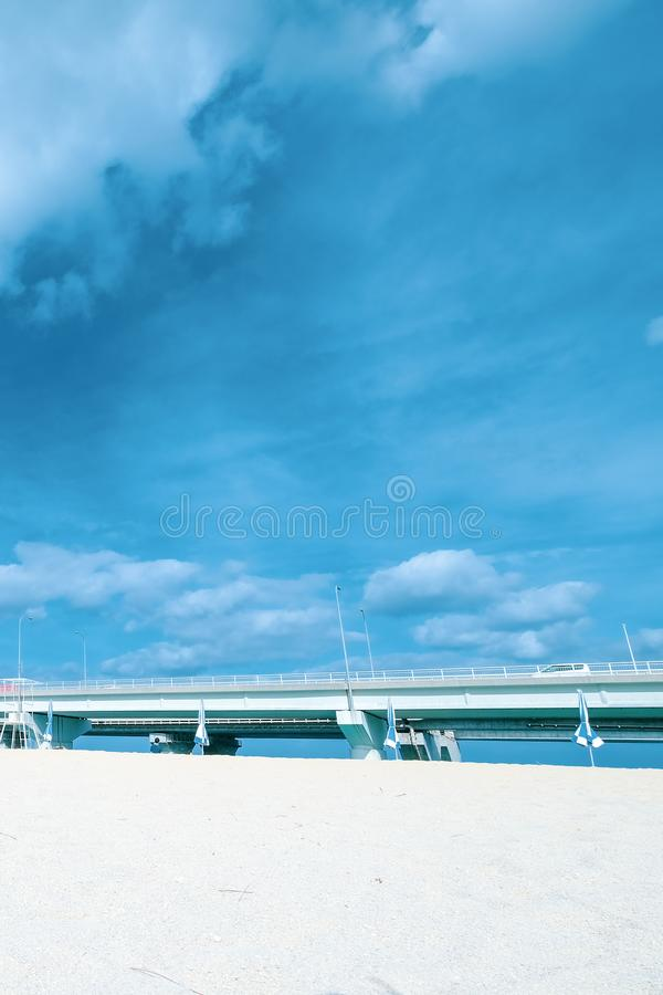 Mar azul da beleza, ponte e areia branca com céu azul Um cais, ponte de pedra sobre o mar imagens de stock royalty free