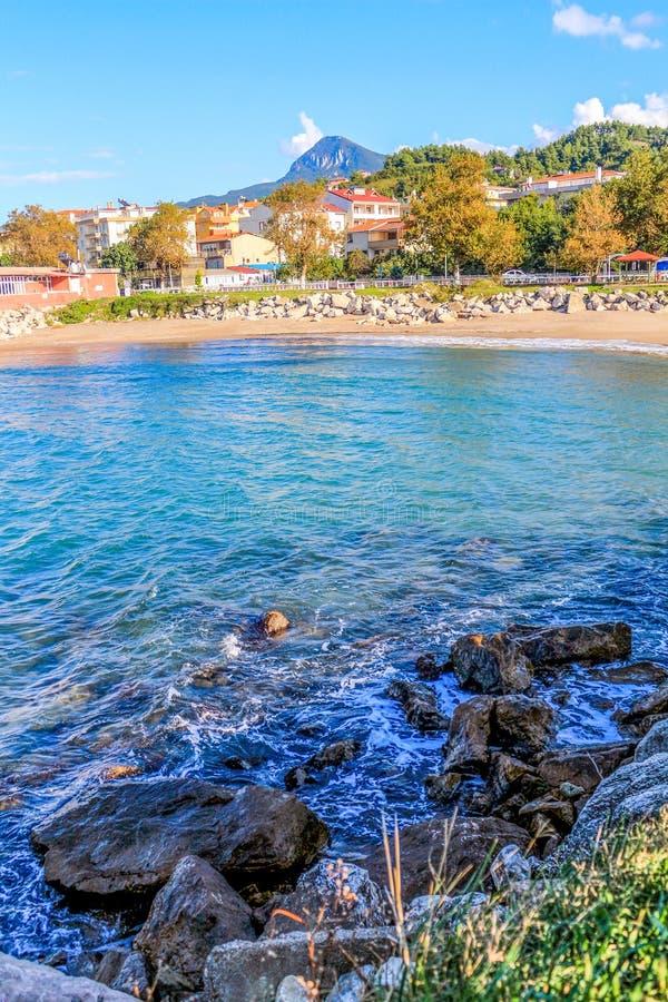 Mar azul da praia da cidade pequena em Turquia imagens de stock