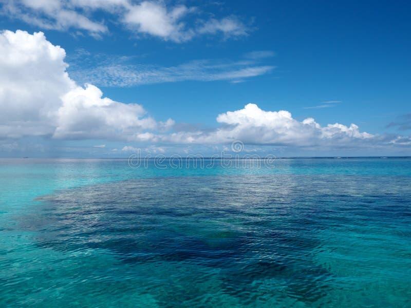 Mar azul de Coral Reef, ao norte da ilha de Iriomote, em Okinawa imagem de stock royalty free