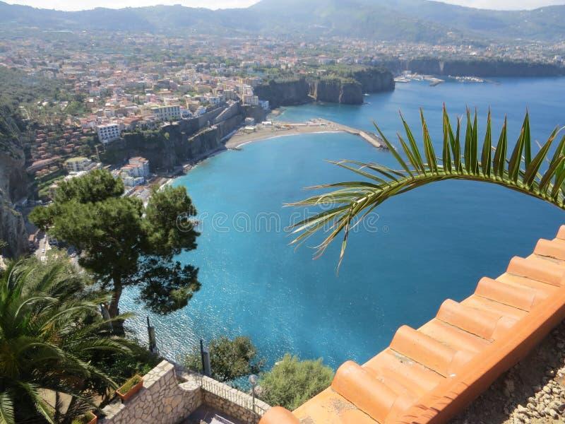 Mar azul de Sorrento acima da vista imagens de stock