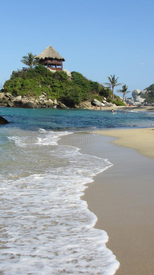 Mar azul del Caribe del paraíso en coste colombiano fotografía de archivo libre de regalías