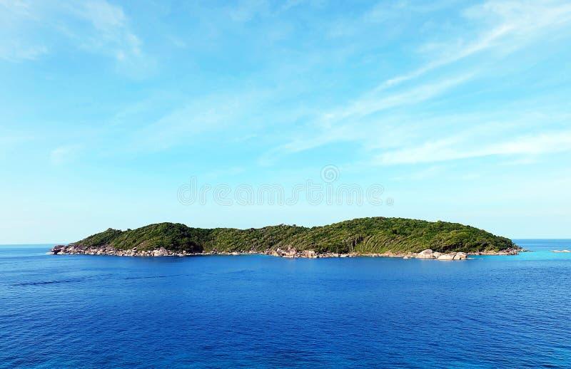 Mar azul e ilha tropical só do paraíso imagem de stock