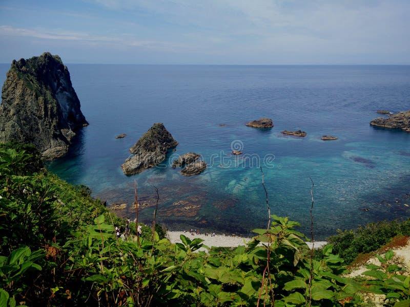 Mar azul e rocha grande fotos de stock royalty free